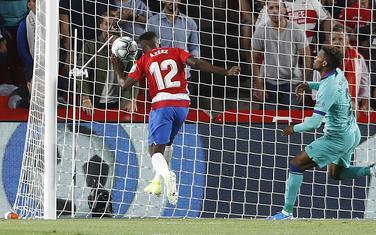 Fudbaler Granade Aziz postiže gol protiv Barselone