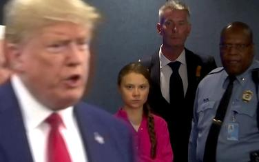 Greta Tunberg gleda Donalda Trampa dok dolazi na samit o klimi