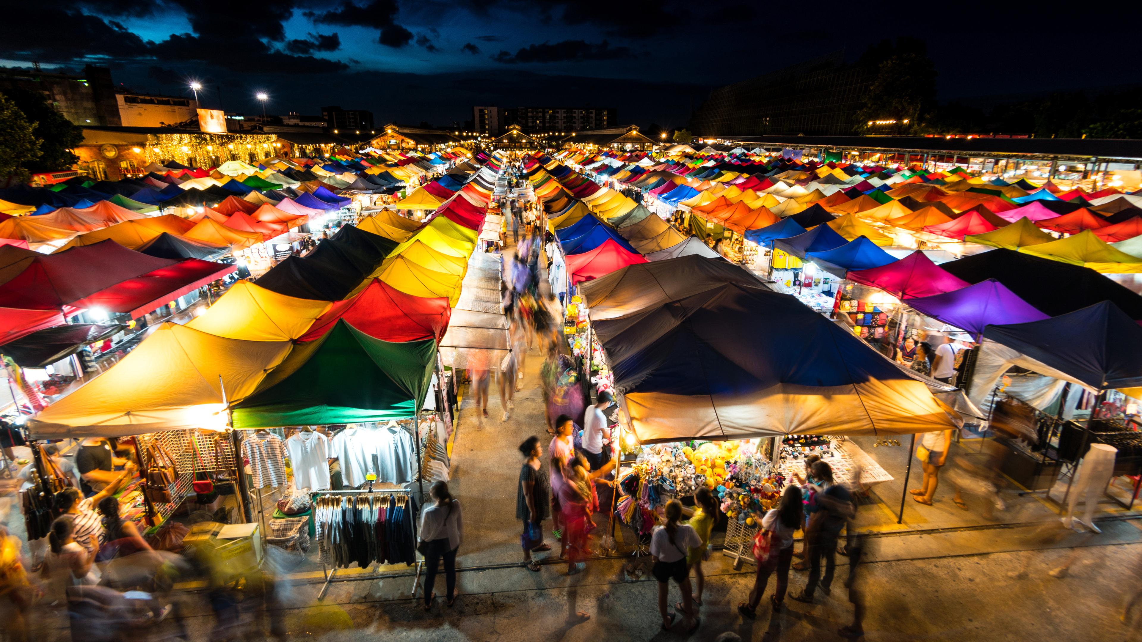 Pijaca Meklong, u blizini Bangkoka, osim po šopingu, poznata je i po tome što kroz nju prolazi voz. (foto: Shutterstock)