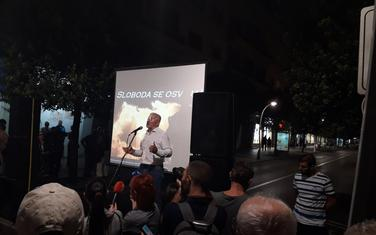 Perović govori na protestu