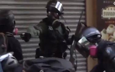 Trenutak kada policajac puca na demonstranta