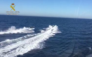 Policajci iz helikoptera megafonom zatražili od švercera droge da pomognu njihovim kolegama u moru