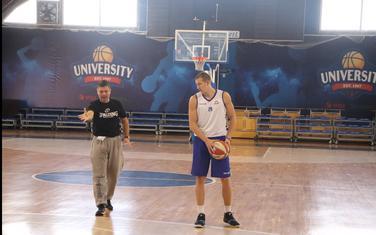 Luka Božić na treningu sa pomoćnim trenerom Petrom Mijovićem
