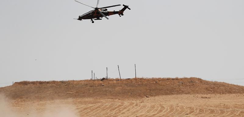 Turski vojni helikopter nadlijeće zajedničku tursko-američku vojnu patrolu u sjevernoj Siriji