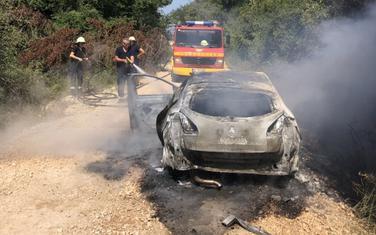 Vatrogasci gase podmetnuti požar na automobilu