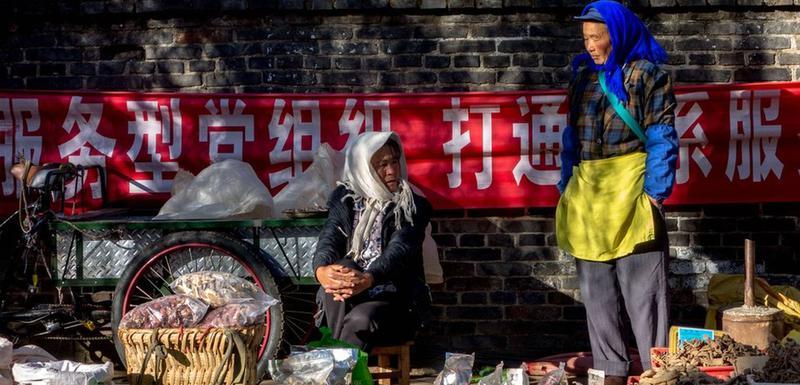 Lokalna prodavačica na pijaci u provinciji Junan