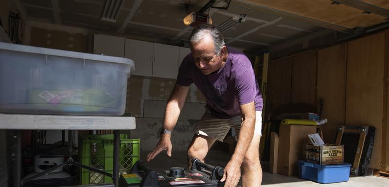Džo Vilson priprema generator koji će pustiti u funkciju kada struja nestane