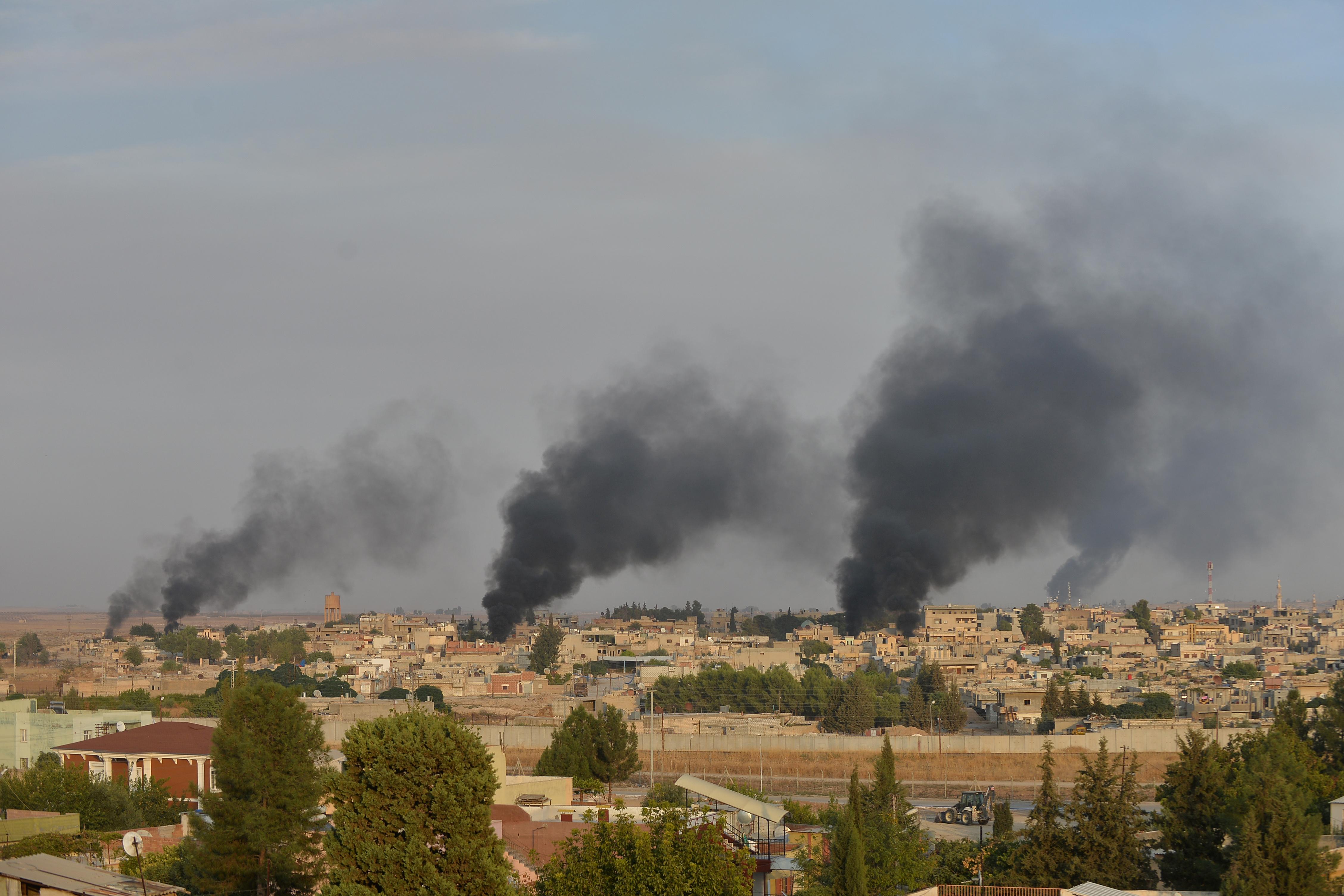 Sirijski granični grad Ras al-Ain u dimu