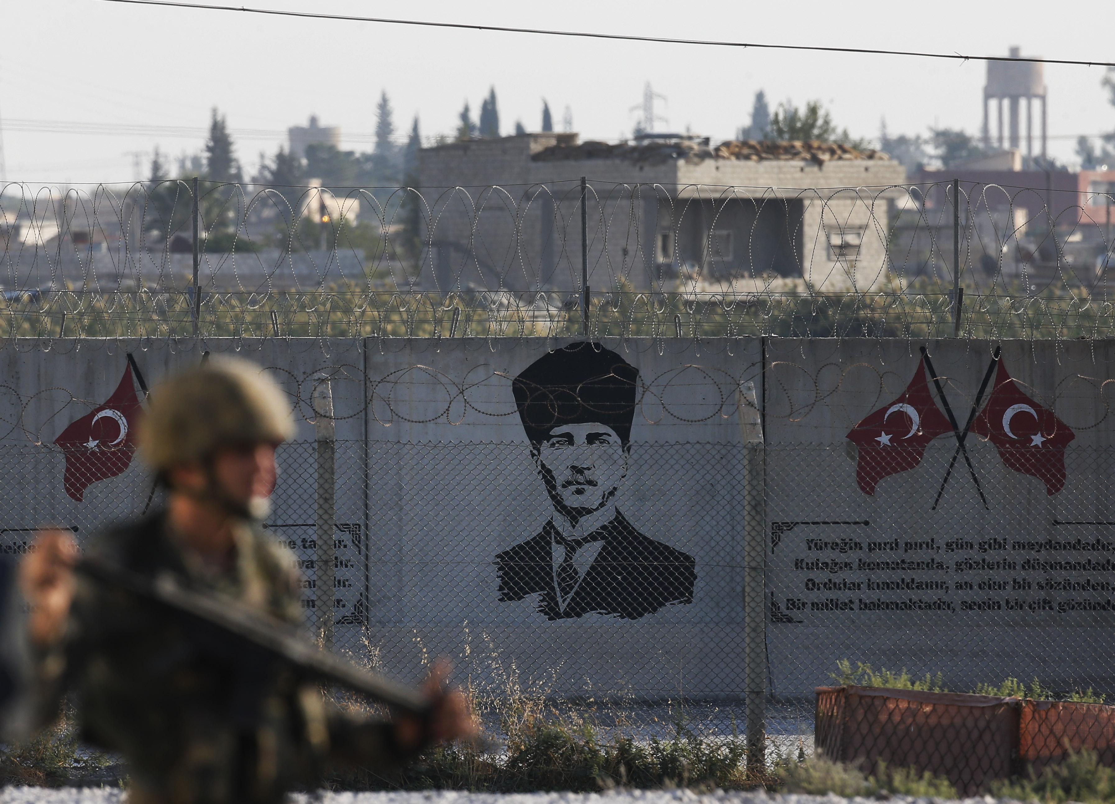Turski vojnik na granici sa Sirijom u Akčakaleu