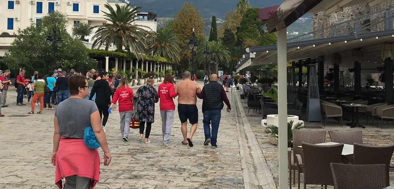 Ekipa Hitne pomoći odvodi Rusa sa plaže