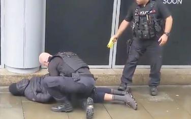 Policija savladava osumnjičenog muškarca
