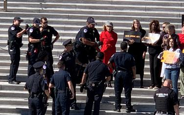 Fonda uhapšena na stepenicama Kongresa