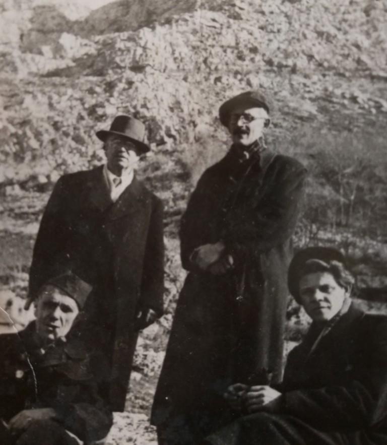 Čuče Petar Komnenić (lijevo), Ivan Goran Kovačić (desno), stoje Simo Milošević i Veselin Masleša