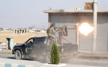 Sirijski pobunjenici, koje podržava Turska, u gradu Taj Abjad