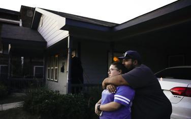 Prijatelji Atatiane Džeferson ispred kuće gdje ona ubijena