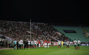 Engleski i bugarski fudbaleri tokom prekida meča u Sofiji