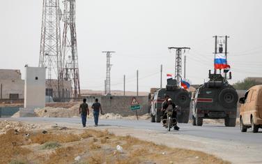 Ruske i sirijske zastave na vojnim vozilima u Siriji