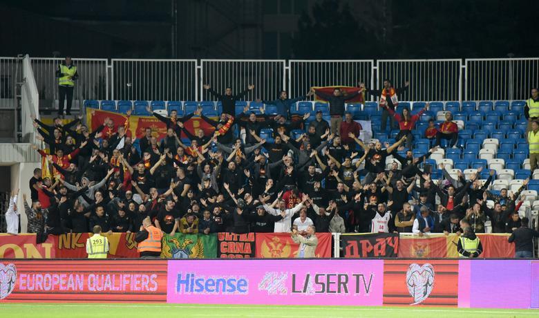 Navijači Crne Gore na stadionu u Prištini