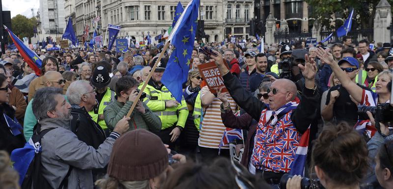 Protivnici bregzita i demonstranti koji podržavaju izlazak iz EU danas u Londonu