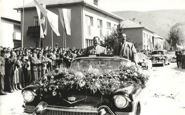 Tito i Blažo Jovanović u otvorenoj limuzini