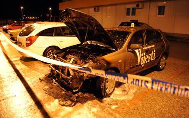Policija tvrdi da je jedan od prioriteta suzbijanje i rješavanje napada na novinare: Jedno od zapaljenih vozila Vijesti
