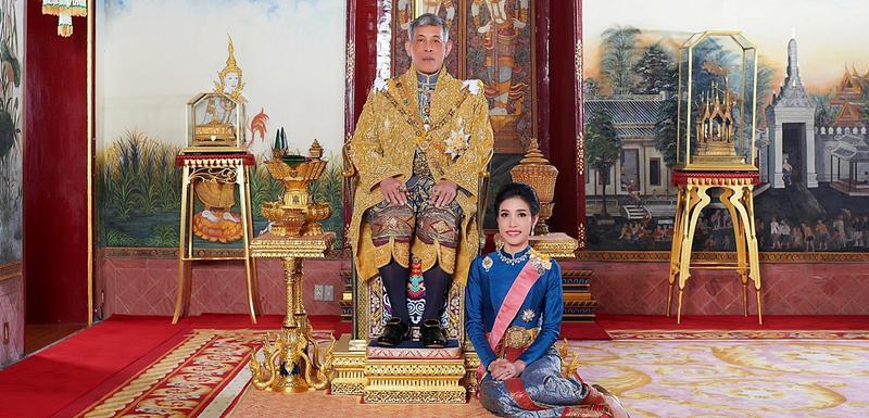 Kralj sa pratiljom u palati u Bangkoku
