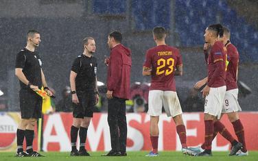 Igrači Rome pričaju sa sudijom