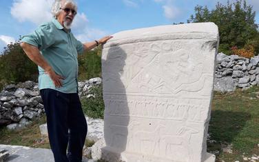 Stijepo Mijović-Kočan na nekropoli Brotnjice