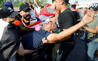 Sa protesta: Demonstranti nose čovjeka kojem je pozlilo od suzavca