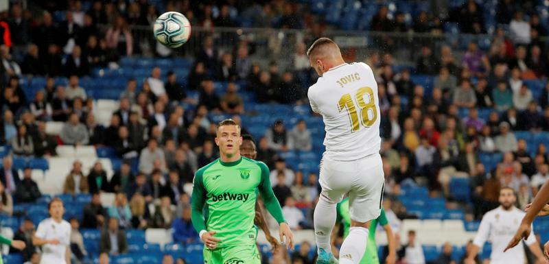 Luka Jović postiže gol za Real