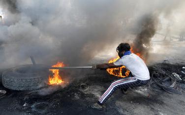 Blokirali puteve zapaljenim gumama i bodljikavom žicom