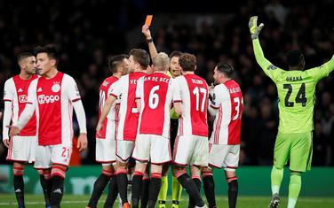 Roki daje crveni karton Veltmanu