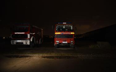 Vatrogasci u mraku u zgradi bivše fabrike Radoje Dakić