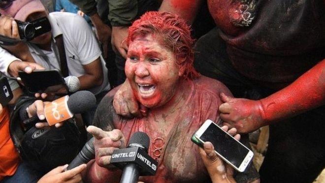 Patrisiji Arse su demonstranti ofarbali u crveno i isjekli joj kosu