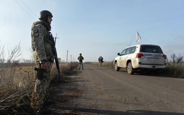 Ukrajinski vojnici i vozilo OEBS u Bogdanivki