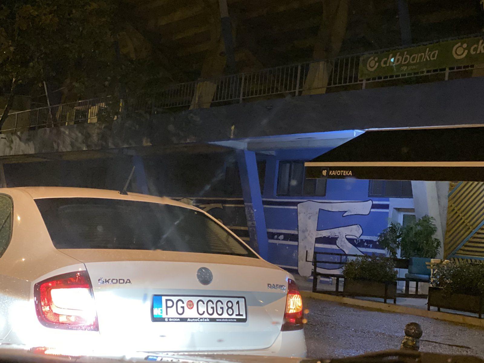 Službeno vozilo ispred stadiona Budućnosti