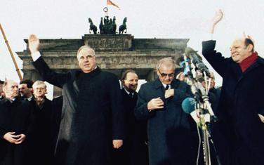 Kol i premijer Istočne Njemačke Hans Modrov ispred Brandenburške kapije 22. decembra 1989.