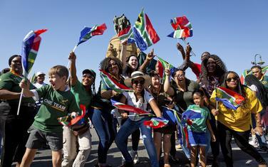 Navijači Južne Afrike u Pretoriji slave pobedu u svetskom kupu u ragbiju nad Engleskom.