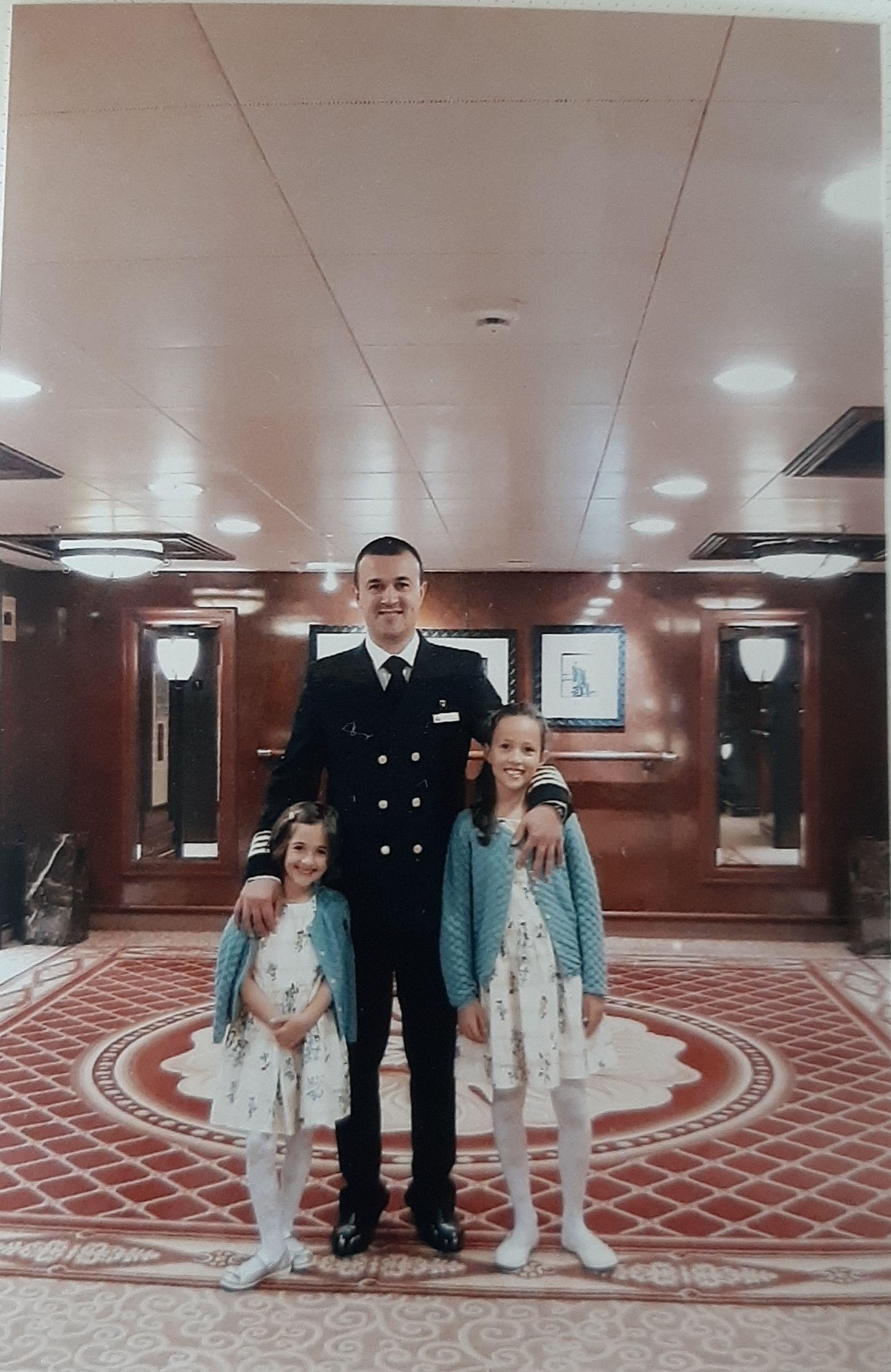 Josip Franović sa kćerkama na brodu