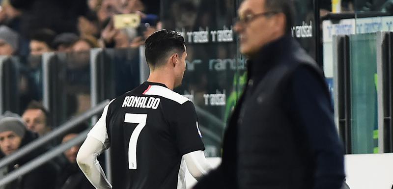 Ronaldo izlazi sa terena pored Sarija