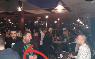 Fotografija na kojoj se vidi da pristalice DPS konzumiraju duvan u kafani