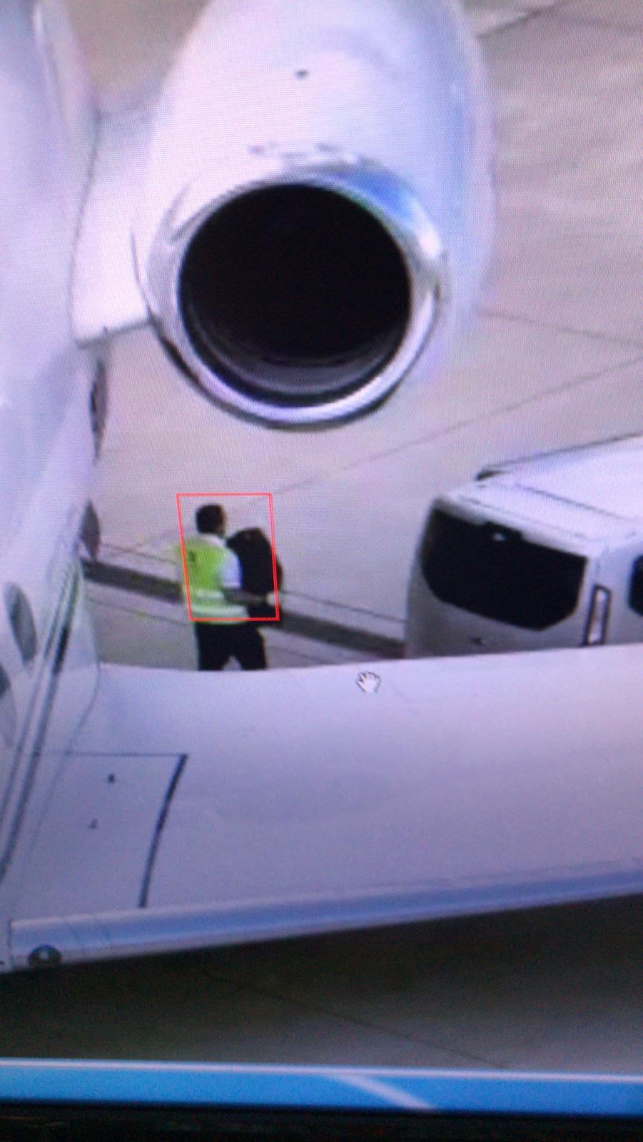 Prenošenje droge iz aviona u kombi neposredno prije hapšenja u garaži