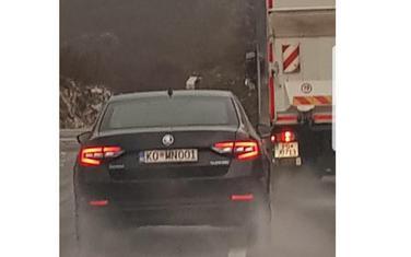 Aprcovićevo službeno auto pretiče preko pune linije