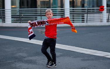 Dječak sa zvaničnim šalom utakmice Engleska - Crna Gora