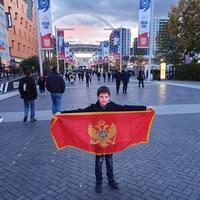 Mateja Tomić sa crnogorskom zastavom u Londonu