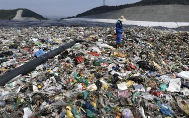 Radnik na deponiji u Hangzou