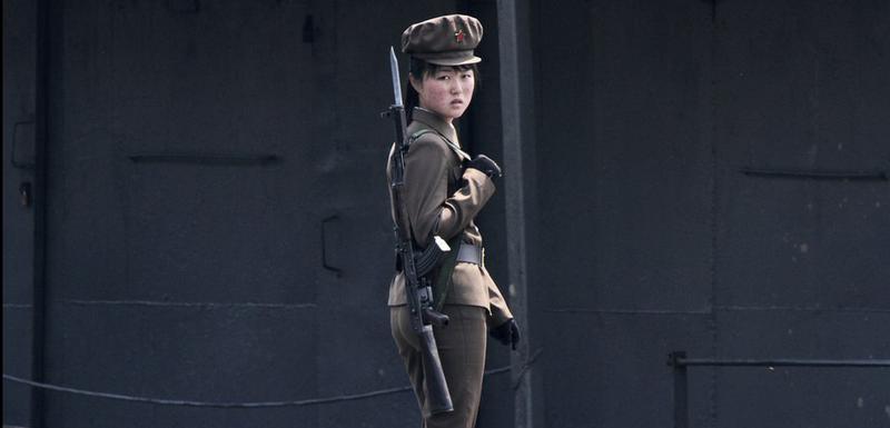 Sjevernokorejska vojnikinja na obali rijeke Jalu (2014)