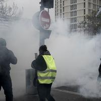 Policija ispaljuje suzavac na demonstrante u Parizu
