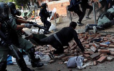 Policija hapsi demonstrante koji pokušavaju da napuste zgradu univerziteta