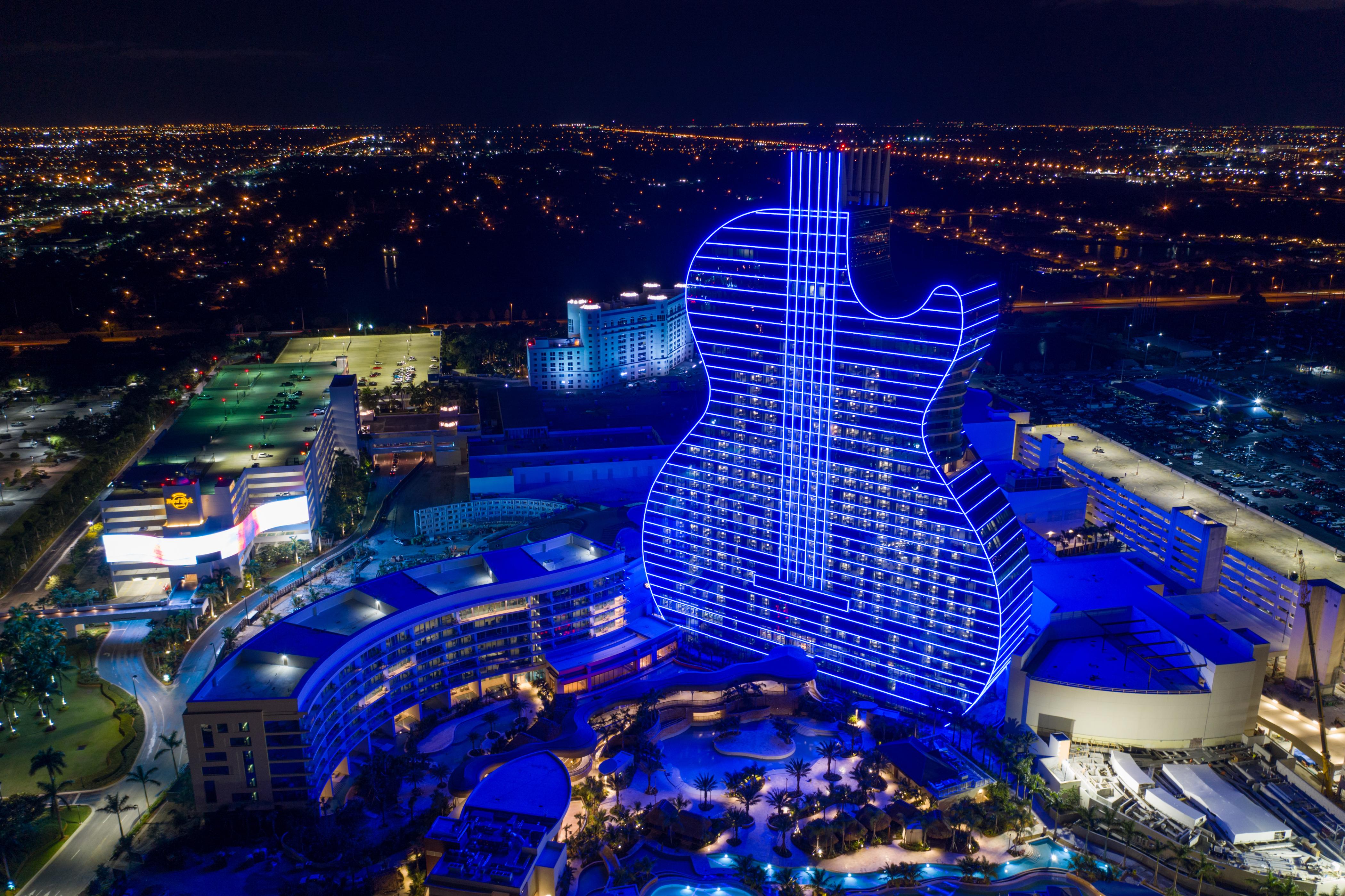 Luksuzni hotel u obliku džinovske rok gitar
